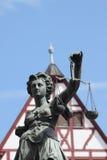 Justitia vor einem Haus Stockbilder