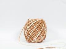 Jute de petit pain de corde de chanvre sur le fond blanc Photographie stock libre de droits