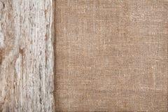 Juteachtergrond die door oud hout wordt gegrenst Royalty-vrije Stock Afbeeldingen