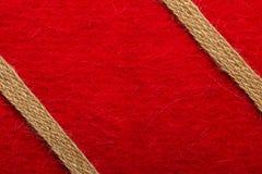 Jutefaserseil über rotem Hintergrund stockbilder