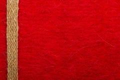Jutefaserseil über rotem Hintergrund lizenzfreie stockfotos