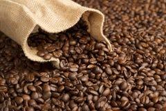 Jutefasertasche auf Kaffeebohnen Stockbild