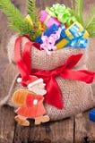 Juteleinwandsack mit Geschenken für Weihnachten Stockfotos