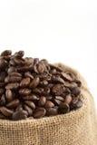 Jutepåse mycket av kaffebönor Arkivbild