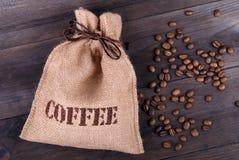 Jutepåse- och kaffebönor Fotografering för Bildbyråer