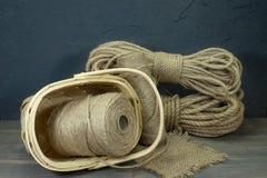 Juterep och rullar av säckvävtrådar eller att tvinna arkivbild