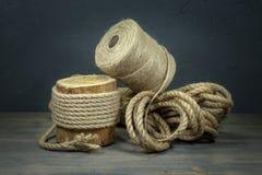 Juterep och rullar av säckvävtrådar eller att tvinna fotografering för bildbyråer
