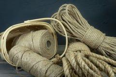 Juterep och rullar av säckvävtrådar eller att tvinna royaltyfria foton