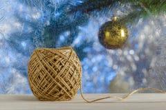 Jutestreng voor het verpakken van Kerstmisgiften Vensterbank ijzige Vensters Vage achtergrond Een rustieke stijl Stock Afbeeldingen