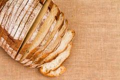 Jutetafelkleed onder gesneden artisanaal brood stock fotografie