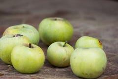 Juteux et Delicious pomme se trouvant sur la table, fruit sur la table Pommes sur le fond blanc mensonge de pommes sur la table photographie stock libre de droits