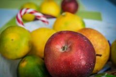 Juteux et fruit frais dans un plat photo libre de droits