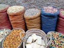 Jutezakken en rieten die manden met diverse Marokkaanse kruiden worden gevuld royalty-vrije stock foto's