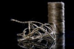 Jutowy sznurek staczający się w piłkę Sznurek na szklanego lustra stole Zdjęcie Royalty Free