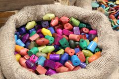Jutowy worek zawiera barwiących guziki różni kształty z ve Zdjęcie Stock