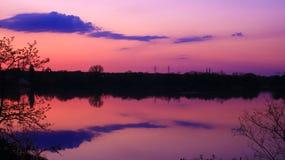 Jutrzenkowe menchie przed wschód słońca nad wodą zdjęcie royalty free