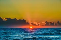 Jutrzenkowego słońca spokojny spokojny morze Fotografia Stock