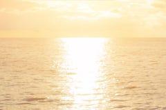 Jutrzenkowy denny pojęcie: Słońca światła i plama zmierzchu tekstury plażowy tło zdjęcia royalty free