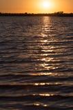 Jutrzenkowy słońce na jeziorze Zdjęcia Stock