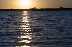 Jutrzenkowy słońce na jeziorze Fotografia Royalty Free