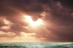 Jutrzenkowy słońce na morzu Obrazy Royalty Free