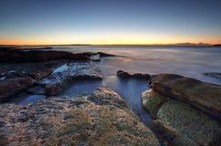 Jutrzenkowy wybrzeże na skałach przy Cronulla, Australia obrazy royalty free