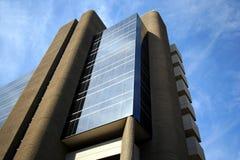 Juts grands d'un immeuble de bureaux dans le ciel Photographie stock libre de droits