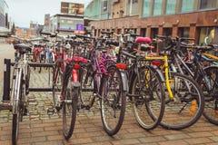 Juvaskyla, Finlandia - podem 2019: Estacionamento da bicicleta na cidade finlandesa de Jyvaskyla muitas bicicletas de cores difer foto de stock royalty free