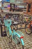 Juvaskyla, Finlandia - puede 2019: Aparcamiento de la bicicleta en la ciudad finlandesa de Jyvaskyla muchas bicicletas de diverso fotografía de archivo libre de regalías