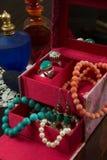 Juvelask med halsband, örhängen, armbandet, cirklar och doft royaltyfri foto
