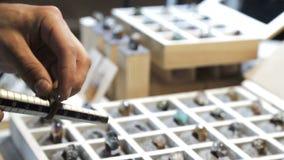 Juvelerare genom att använda en mäta pinne, mått formatet av cirklarna av ädelstenar stock video