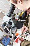 juveleraremikroskopworking royaltyfri foto