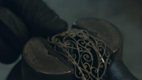 Juveleraren gör smycken av silver arkivfilmer