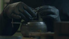 Juveleraren gör smycken av silver lager videofilmer