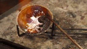 Juveleraren smälter ner fullödig silver stock video