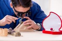 Juveleraren som arbetar med lyxiga smycken i seminariet Arkivbilder
