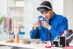 Juveleraren som arbetar med lyxiga smycken i seminariet Royaltyfria Foton