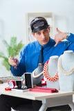 Juveleraren som arbetar med lyxiga smycken i seminariet Arkivbild