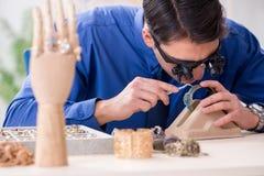 Juveleraren som arbetar med lyxiga smycken i seminariet Arkivfoto