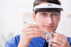 Juveleraren som arbetar med lyxiga smycken i seminariet Royaltyfri Bild