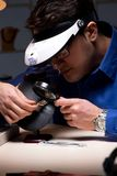 Juveleraren som sent arbetar i hans seminarium på natten Arkivfoto