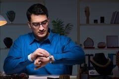 Juveleraren som sent arbetar i hans seminarium på natten Arkivbilder