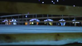 Juventud alegre que patina y que resbala con confianza en la pista de hielo, entretenimiento del invierno metrajes