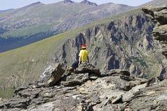 Juventud en rocas en parque nacional de la montaña rocosa Fotografía de archivo