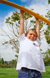 Juventud feliz que cuelga en parque Fotos de archivo