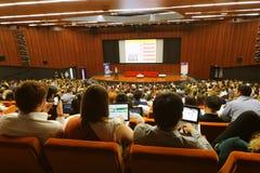 Juventud global a los participantes del foro del negocio en congreso-pasillo Imagenes de archivo