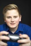 Juventud masculina intensa en azul con el regulador del juego Fotos de archivo libres de regalías