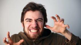 Juventud moderna individuo joven que presenta delante de cámara horror, una pesadilla, monstruo terrible metrajes