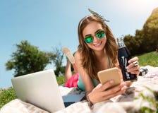 Juventud moderna que se relaja al aire libre Imagen de archivo