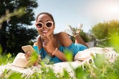 Juventud moderna que se relaja al aire libre Fotografía de archivo libre de regalías